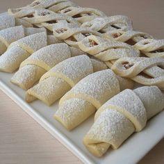 """8,176 Beğenme, 54 Yorum - Instagram'da Cahide Sultan (@cahide_sultan): """"Çok intizamlı şekillendirilmiş elmalı kurabiye tarifi @nejla_bicil den. Ellerinize sağlık 🌷…"""" Best Recipe Box, Herb Stuffing, Turkish Delight, Buzzfeed Food, Biscuit Recipe, Hot Dog Buns, Wine Recipes, Biscuits, Side Dishes"""