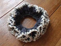 「シンプルな編みシュシュ♪」セリアで購入した綿麻混の毛糸が1玉あったので、オーソドックスな編み方のシュシュを編みました。縁取りも同じ系統の毛糸を使用。シックな中にも可愛らしさがあります。[材料]綿麻混糸 濃いグレー/綿麻混糸 ベージュ/ヘアゴム/かぎ針