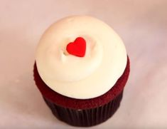 Georgetown Cupcake reveals the secret to their best seller: Red Velvet **Note: I put one tsp of baking powder 12 tbsp gr. Cupcake Recipes, Baking Recipes, Dessert Recipes, Gourmet Cupcakes, Just Desserts, Delicious Desserts, Yummy Food, Yummy Treats, Sweet Treats