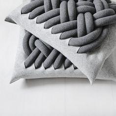 Woonkussen Knotty Pillow Kumeko gemaakt van wolvilt met traditioneel #handwerk gezellig prima als #decoratie