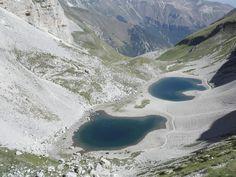 I laghi, meraviglie d'acqua che da tempo immemore ispirano poeti ed artisti. Ci offrono riflessi e colori in tutte le stagioni, refrigerio nelle stagioni più assolate, ospitano una ricca biodiversità che spazia dalle scattanti libellule alle vocianti raganelle ai variopinti uccelli acquatici. A parte l'oggettiva serenità che trasmette, il lago permette di unire il piacere di camminare tra le colline e montagne che lo circondano agli sport acquatici. Ecco i nostri 7 laghi preferiti nelle…