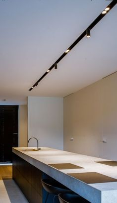Note the inset of track Modern Track Lighting, Modern Lighting Design, Lighting Concepts, Interior Lighting, Home Lighting, Kitchen Lighting, Luxury Interior, Home Interior Design, Modern Design