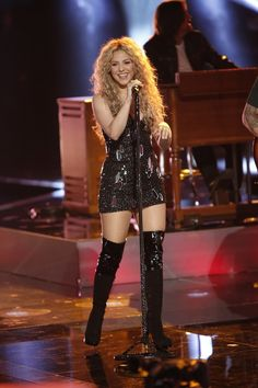 'The Voice' Judges Finale Performance: 'With a Little Help From My Friends' : Photo Shakira, Adam Levine, Blake Shelton, and Usher belt their hearts out while performing during day one of The Voice Season 4 Finale on Monday (June in Culver City,… Shakira Style, Shakira Outfits, Shakira Hips, Shakira Baby, Shakira Mebarak, Celebrity Boots, Jennifer Aniston Style, Female Singers, Celebs