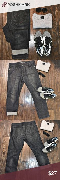 """BANANA REPUBLIC - Skinny faded black denim Pre-loved. Skinny fit. 35""""x30"""". Top of jeans to crotch inseam i tersection: 11"""". Leg opening: 7"""". Denim is a faded black.  Banana Republic Jeans Skinny"""