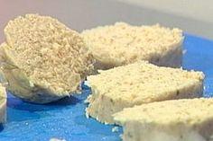 Polpettone freddo di tonno e ricotta - Antonella Clerici: Dissalate i capperi e mettete nel mixer tutti gli ingredienti, frullate il tutto fino ad avere un composto omogeneo.Distribuite il composto