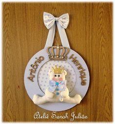 Quadro em madeira MDF com 30 cm de diâmetro forrado com tecidos de algodão com nome e coroa em madeira MDF no tema urso príncipe.