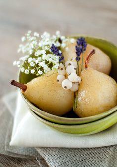 Poires pochées à la vanille, chantilly à la cannelle & groseilles glacées {recette}