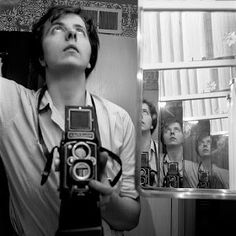 Vivian Maier worked as a nanny and housekeeper in Chicago. But outside of work, Maier was also a photographer who took remarkable self portraits. Now after her death, real estate agent John Maloof has collected. Photographer Self Portrait, Self Portrait Photography, Street Photography, Ethereal Photography, Photography Exhibition, Photography Camera, Life Photography, Landscape Photography, Fashion Photography