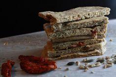 Ořechové paleo chlebové placky se sušenými rajčaty a rozmarýnem