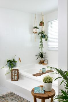 Bathroom on a budget with painted wall tiles and painted bathtub. Via by Leigh-Ann Allaire Perrault Cozy Bathroom, Bathroom Plants, Budget Bathroom, Bathrooms With Plants, Small Bathroom, Nature Bathroom, How To Paint Bathrooms, Bathroom Styling, Plants In The Shower
