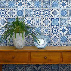 家具、家電、小物、ドア、階段のリメイクに簡単にきれいに貼れる。貼ってはがせるリメイクシート「Hatte me(ハッテミー)」ランダムタイル柄 ブルー TILE-01(65cm×1m)