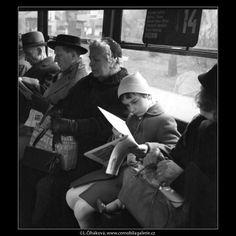 V tramvaji č.14 (1613-1) • Praha, duben 1962 • | černobílá fotografie, lidé v tramvaji, doprava, tram |•|black and white photograph, Prague|