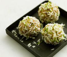 Dessa kokosbollar smaksatta med lime är lika mycket ett bra energitillskott som nyttigare godis. Fikon eller dadlar bidrar med naturlig sötma och valnötter med härlig nötighet och skönt tugg. Tillsammans med kokosen blir det till ett utsökt julgodis!