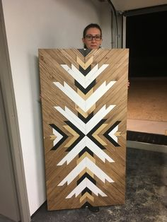 Nyn Wooden Wall Art, Wooden Walls, Wood Art, Woodworking Jigs, Woodworking Projects, Wood Crafts, Diy And Crafts, Wood Arm Chair, Rustic Coffee Tables
