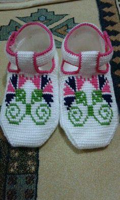 This Pin was discovered by Emi Sock Shoes, Baby Shoes, Baby Patterns, Crochet Patterns, Afghan Stitch, Tunisian Crochet, Slipper Socks, Crochet Slippers, Knitted Gloves