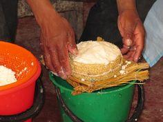 moldeo de la cuajada queso Hichuraya de los Andes en Bolivia