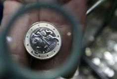 Euro aus Litauen: In Vilnius wurde eine Prägung der künftigen Euromünze aus Litauen vorgestellt. Am 1. Jänner 2015 tritt Litauen der Eurozone bei. Mehr Bilder des Tages auf: http://www.nachrichten.at/nachrichten/bilder_des_tages/cme10133,1080195 (Bild: Reuters)