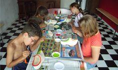 Klompen schilderen met boerin Hendrika op FarmCamps 't Oortjeshek Kids, Young Children, Boys, Children, Boy Babies, Child, Kids Part, Kid, Babies