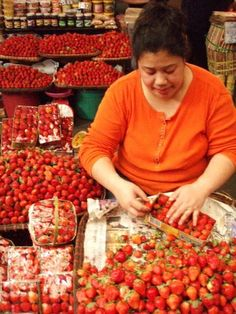 Strawberries for sale at the market, Baguio City, The Philippines Baguio City, Cebu City, Farmers Market Recipes, Philippines Food, Enjoying The Sun, Pinoy, Southeast Asia, Street Food, Seas