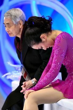 女子SPで演技後、キスアンドクライで頭を下げる浅田真央=白井伸洋撮影 (2015年12月26日)
