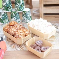 Caissette en bois pour gourmandises - 13 cm Pots, Dairy, Cheese, 40th Birthday, Sweet Treats, Candy, Pretty Animals, Cookware, Jars