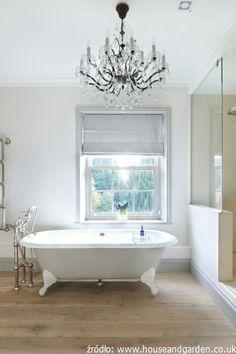 Klasyczna łazienka. Wanna i dodatki w klasycznym stylu