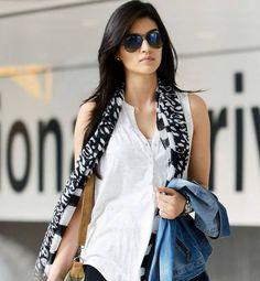 Kriti Sanon Latest Stills Bollywood Heroine Photo, Beautiful Bollywood Actress, Beautiful Indian Actress, Bollywood Girls, Bollywood Celebrities, Tall Girl Fashion, Prity Girl, Fashion Models, Fashion Outfits
