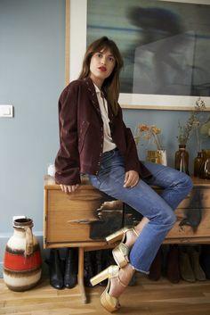 Jeanne Damas jaqueta de camurça marrom, camisa branca, jeans cropped, sandália plataforma dourada, batom vermelho, estilo das francesas, musas de estilo francesas