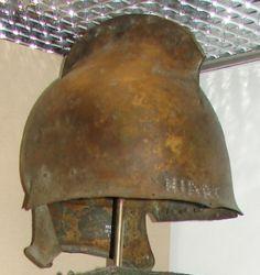 """Греческий """"фракийского типа"""" бронза шлем 450 - 400 г. до н.э. найдены на озере Copais, Беотии, буквы выбит на ободе читать HIARON означает «священный ', который указывает, что шлем был, вероятно, обету. (Британский музей)."""