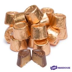 Wrapped in bronze metallic foil, these bite-sized milk chocolate morsels filled with chewy caramel make the perfect snack for movie night or a little afternoon pick-me-up. Rolo Chocolate, Chocolate Morsels, Caramel Rolls, Caramel Candy, Filled Candy, Candy Pictures, Gold Candy, Candy Bowl, Food Cravings