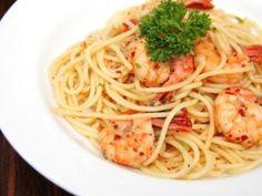 Receta de Pasta con Camarones al Ajillo | Deliciosa pasta con camarones preparada con un poco de chile y ajo. Un platillo exquisito de pasta lleno de sabor.