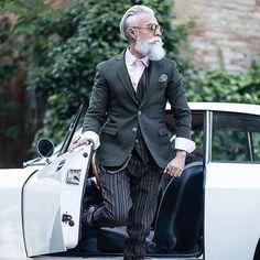 Grand-daddy dandy (photo by Testoni) Estilo Hipster, Hipster Man, Dandy Style, Grey Beards, Beard Model, Look Man, Men With Grey Hair, Mature Fashion, Advanced Style