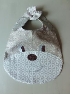 DIY Tutorial to make a fox bib a hedgehog bib and Newborn Crochet Patterns, Baby Bibs Patterns, Crochet Baby Sandals, Bib Pattern, Baby Couture, Baby Crafts, Handmade Baby, Baby Sewing, Softies