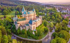 9 nejkrásnějších zámků a zámečků na Slovensku - Blog | TRAVELKING Chateau Versailles, Architecture, Mansions, House Styles, Blog, United Kingdom, Arquitetura, Luxury Houses, Architecture Design