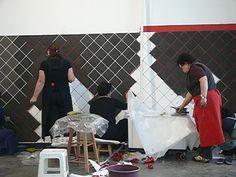 """processo de construção da obra """"Barrado"""" da artista Nydia Negromonte. Ladrilhos 15 x 15 cm feitos de argila fresca e aplicados diretamente sobre a parede do pavilhão da 30ª Bienal."""