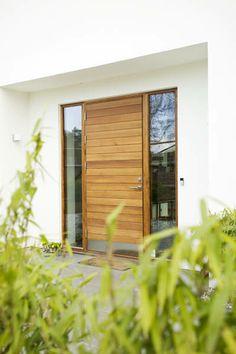 Långö - Ytterdörr med sidoljus i samma karm.