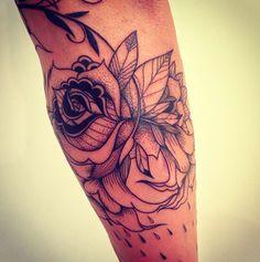 """""""O mais interessante de conhecer a arte de um tatuador é poder olhar para uma obra e reconhecer imediatamente o seu traço e suas influências. É isso que acontece com o estilo único e muito próprio de Supakitch. Animais, penas ou flores fazem parte do cardápio deste artista multifacetado""""."""