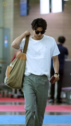 "Update - Gong Yoo at Incheon International Airport in Korea on April 27 2017 for heading to Taiwan for his fan meeting in Taipei, Taiwan on April 29 2017 ""Credit : "" "" "" Korean Men, Asian Men, Korean Celebrities, Korean Actors, Gong Yoo Coffee Prince, Goblin Korean Drama, Namgoong Min, Goong Yoo, Goblin Gong Yoo"
