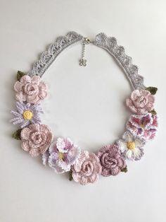 濃淡のグレイッシュピンクの薔薇にパンジー・紫マーガレットなどのお花を飾ったネックレスです。長さは約55cm+アジャスター5cmと長めですので、シンプルなニット...|ハンドメイド、手作り、手仕事品の通販・販売・購入ならCreema。