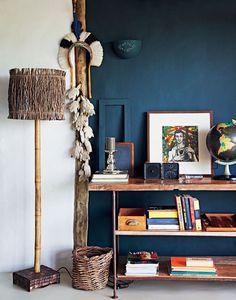 Décor do dia: azul escuro na casa de praia rústica