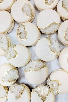 Macaron Ideas non traditional wedding dessert ideas white and gold macaroons with geode mac_lab Wedd Cute Desserts, Wedding Desserts, Wedding Cakes, Dessert Recipes, Party Wedding, Creative Desserts, Macaron Cookies, Macaroon Recipes, Nontraditional Wedding