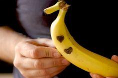 Banana tatuada por sorrisos no café da manhã