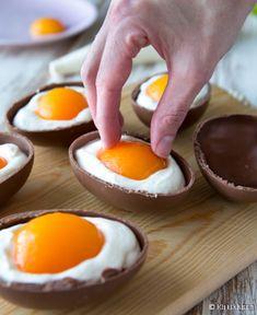 Valkosuklaavaahdolla täytetyt suklaamunat päättävät pääsiäisen juhla-aterian herkullisesti. Ulkonäöstä huolimatta herkku ei sisällä kananmunaa, vaan hämäys on tehty aprikooseilla. Lusikoiden vai haukaten - tyyli on vapaa! 12 kappaletta Ainekset: 6 (à 50 g) isoa suklaamunaa 200 g aprikoosinpuolikkaita 1 liivatelehti 2 dl vispikermaa 100 g valkosuklaata 250 g maustamatonta tuorejuustoa ¾ dl aprikoosien sokerilientä Halkaise suklaamunat […] I Love Food, Good Food, Finnish Recipes, Just Eat It, Everyday Food, Easter Recipes, Pumpkin Recipes, Afternoon Tea, Street Food