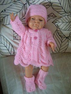 Ensemble Mariette - sostricotspremas Plus Knitting Dolls Clothes, Baby Hats Knitting, Crochet Doll Clothes, Knitted Dolls, Doll Clothes Patterns, Doll Patterns, Baby Born Clothes, American Girl Clothes, Baby Dolls