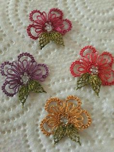 This post was discovered by Jjjj Dddd. Discover (and save!) your own Posts on Unirazi. Needle Tatting, Tatting Lace, Needle Lace, Crochet Unique, Hand Embroidery Flowers, Crochet Borders, Embroidery Needles, Lace Making, Baby Knitting Patterns