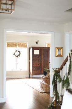 10 minute Christmas decorating ideas - hang a swag on a stairwell #homedecor #christmasdecor #christmas #stairs