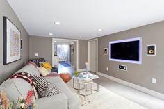 Taupe Wandfarbe im Wohnzimmer mit Grau und Weiß kombiniert