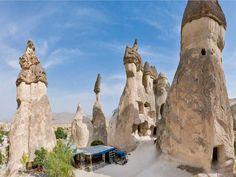 Capadócia possui formações rochosas conhecidas como Chaminés de Fada, igrejas encravadas na pedra e cidades subterrâneas