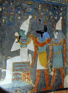 Los dioses Osiris, Anubis y Horus representados en la tumba de Horemheb_Representación en la que se ve al rey Ramsés I acompañado de los dioses Anubis y Horus