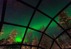 Já pensou em viajar para pertinho do Papai Noel e ainda ficar hospedado em um iglu com vista para nada menos do que a aurora boreal? Um pequeno hotel familiar na Lapônia finlandesa oferece essa oportunidade. Por lá, os turistas podem ficar hospedados em quartos semelhantes a iglus com tetos de vidro enquanto apreciam as luzes do céu. A proposta é do Kakslauttanen, que é definido como um dos melhores lugares do mundo para ver auroras boreais: por lá, a temporada em que a aurora acontece vai…